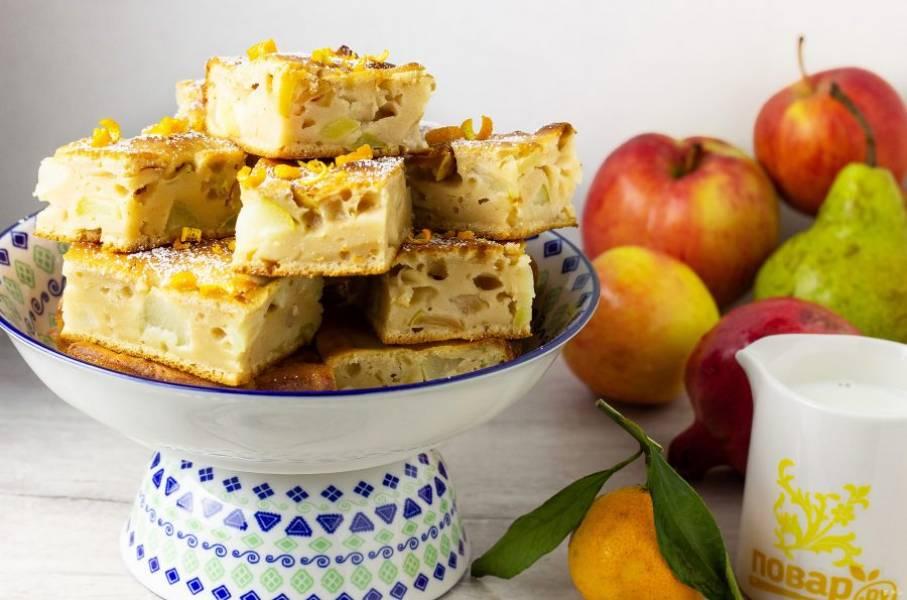 Наша фруктовая шарлотка готова! Разрежьте порционно, украсьте сахарной пудрой, цедрой апельсина и подавайте к столу! Приятного аппетита!