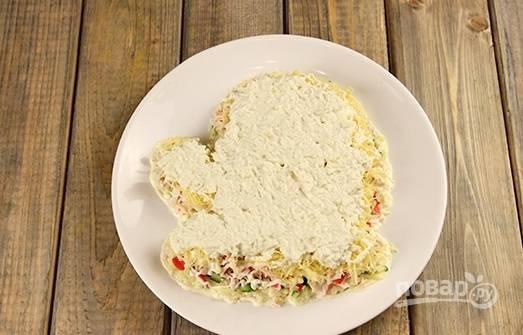 5. Следующим слоем будут отваренные вкрутую яйца, натертые на терке. Добавьте к ним щепотку соли и немного майонеза, перемешайте и выложите аккуратно поверх сыра.