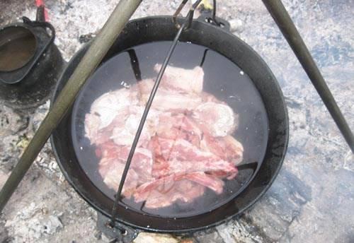 1. Мясо режем порционными кусками (чтобы каждому по куску-второму досталось!) и отправим в большой казан. Доводим до кипения и снимаем пену.
