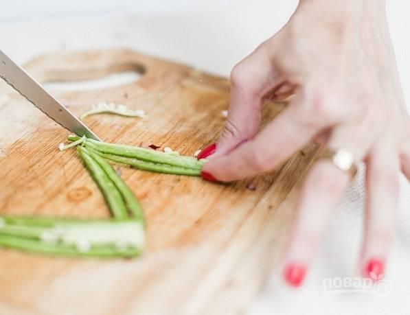 2. Мелко нарежьте острый перец. Чтобы снизить жгучесть, можно удалить семена.