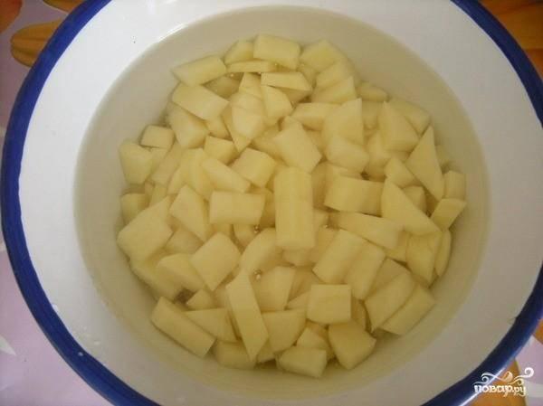 3.Картофель почистить  и нарезать мелкими кубиками.