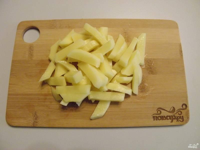 Очищенный картофель мелко порежьте.