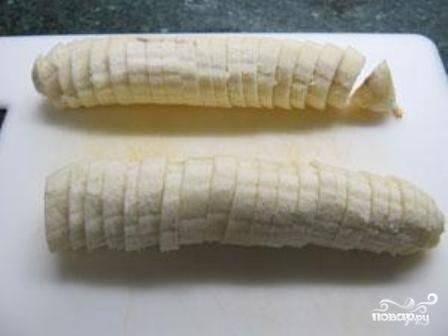 Очищаем бананы и нарезаем на тонкие кружочки. Вместо бананов можно взять любые ягоды или фрукты.