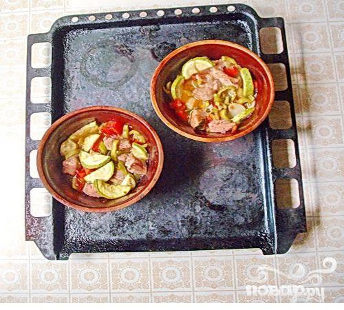 6.Из духовки вынимаем горшочки, добавляем перец и томаты, перемешиваем, и еще минут на двадцать ставим допекаться. Готовое блюдо перекладываем в тарелки, хотя можно подать в горшочках.