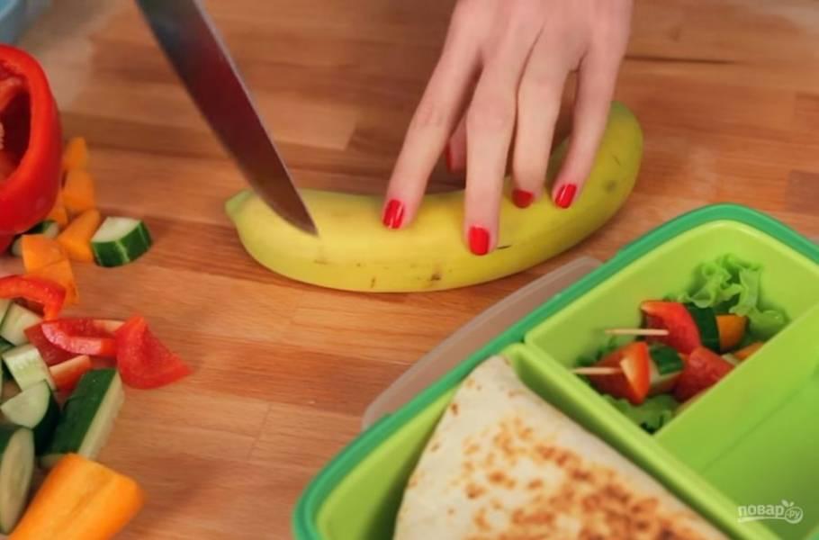 5. Также можете поместить в ланч-бокс овощи и фрукты. Приятного аппетита!