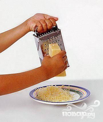 4. Посыпьте верхушку фаршированного перца тертым сыром и слегка утрамбуйте его. Отправьте готовый перец в духовку на 20-30 минут при температуре 180 градусов.