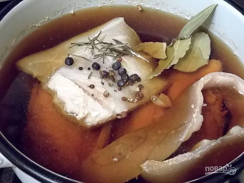 Залейте их чистой водой, добавьте соевый соус, положите специи, соль и поставьте на огонь.