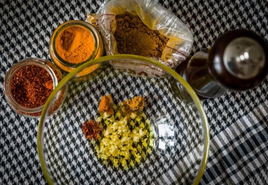 Ее следует замариновать в маринаде из: масла, чеснока, куркумы, паприки, небольшом количестве зиры и черном перце. Мариновать 1 час для готового мяса, для сырого - 3-4 часа.