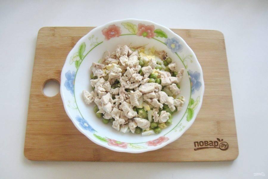 Отварную курицу мелко нарежьте и выложите в салатник к остальным ингредиентам.