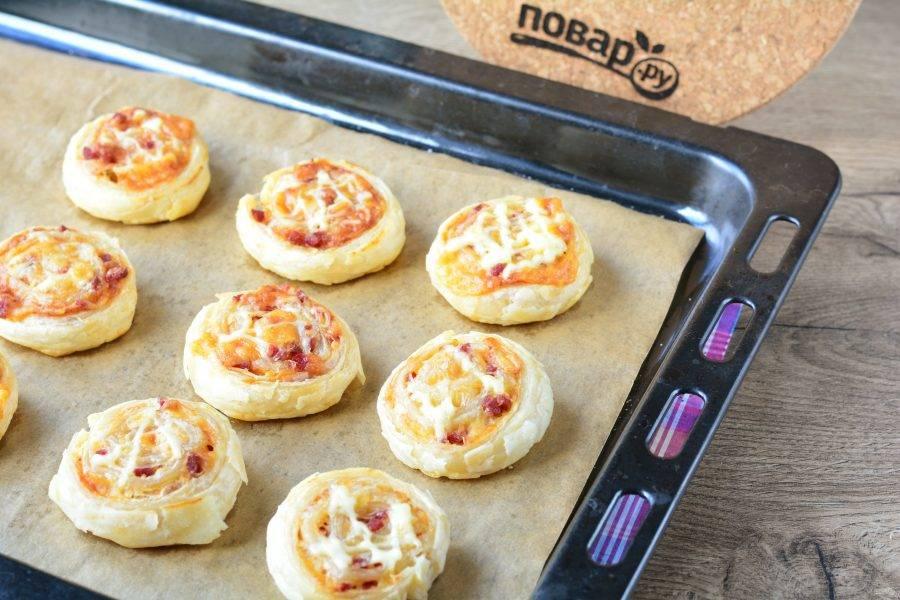 Выпекайте мини-пиццы 15 минут в разогретой духовке при температуре 220 градусов.