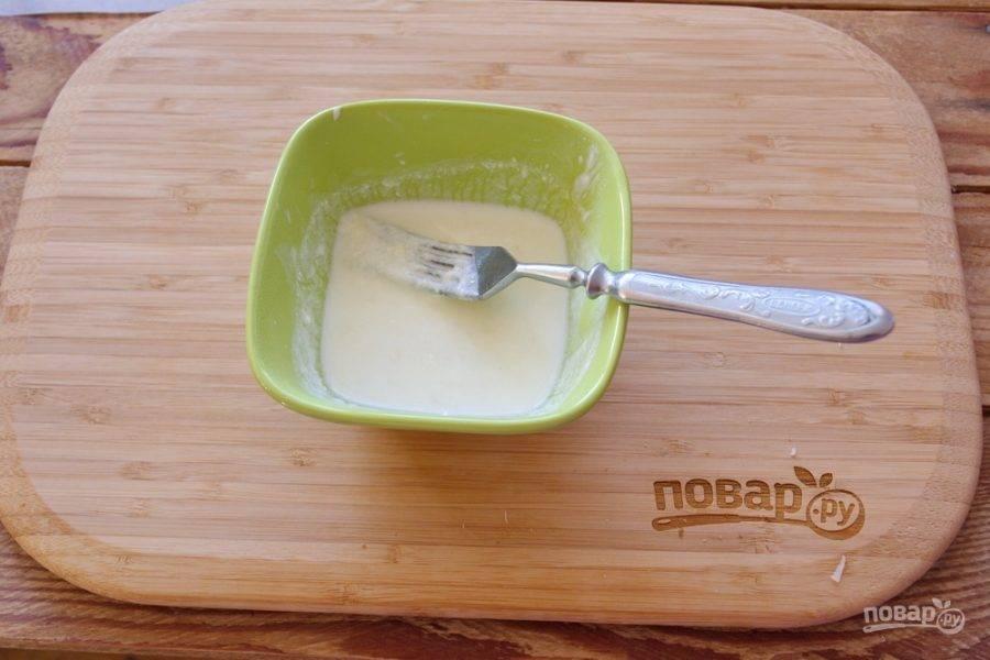 В микроволновке разогрейте массу так, чтоб сливки со сметаной прогрелись, а сыр расплавился. Достаточно будет 30 секунд при полной мощности микроволновки. Достаньте емкость из микроволновки и размешайте. Сыр разойдется в молочной массе.
