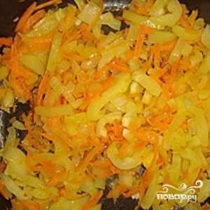 В сковородку добавьте болгарский перец и обжаривайте, помешивая, в течение пары минут.