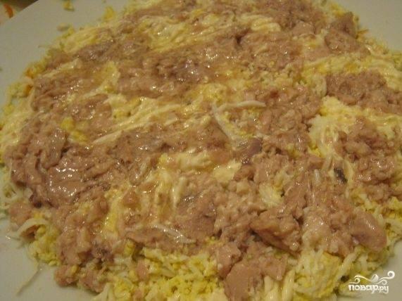 6.Поверх яйца положите слой печени трески с луком.