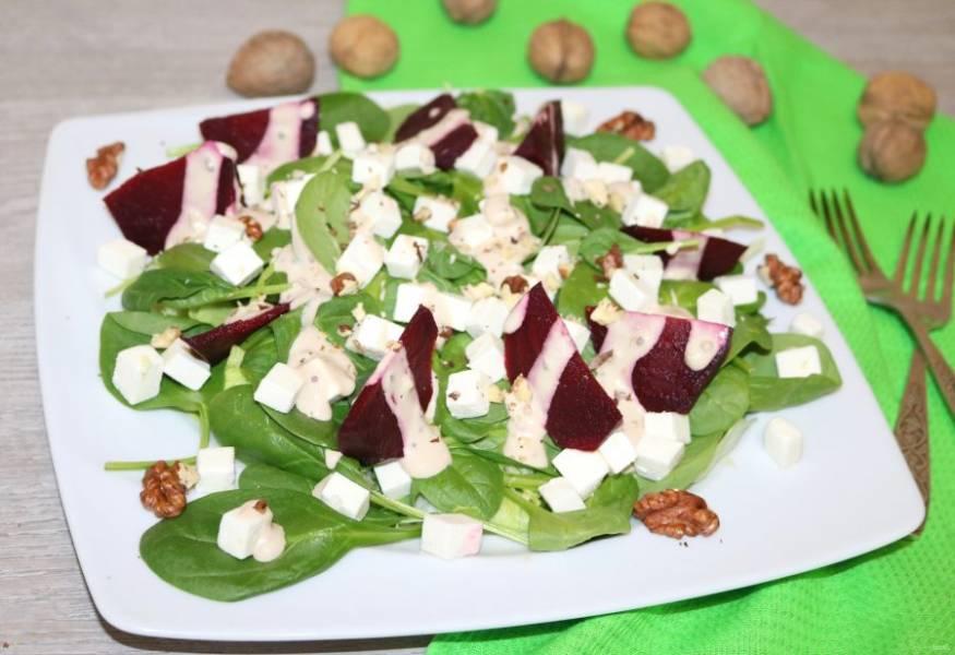 Зелёный салат со свеклой готов. Приятного аппетита!