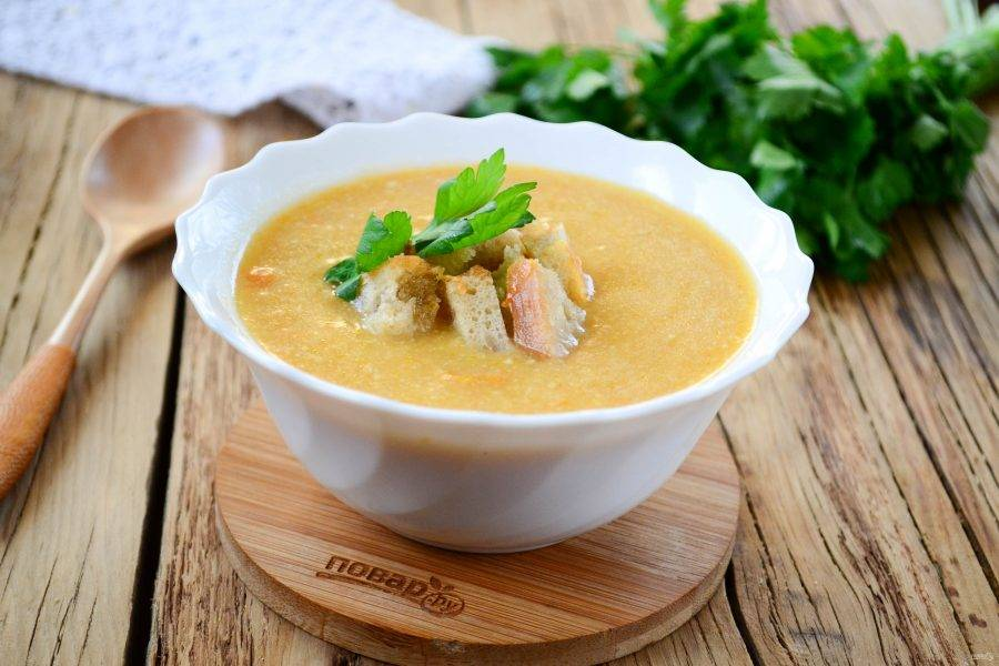 Подавайте суп-пюре из лука-порея с сухариками. Кушайте с удовольствием!