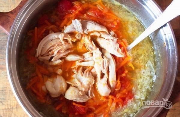 7. Добавьте в бульон овощи, курочку, соль и специи.