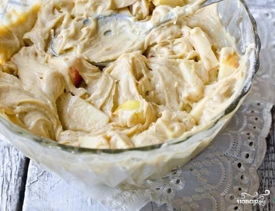 4.В готовое тесто добавляем порезанные яблоки и перемешиваем, перекладываем его в форму для запекания, которую предварительно смазываем кусочком масла. Отправляем в разогретую до 180 градусов духовку на 40-60 минут. Готовый пирог остужаем и подаем. Приятного аппетита!