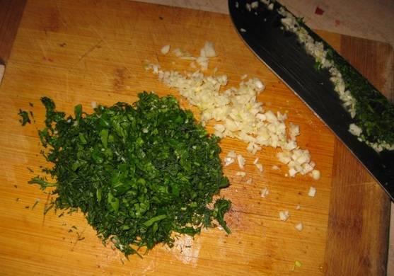Чистим чеснок и измельчаем его вместе со свежей зеленью.