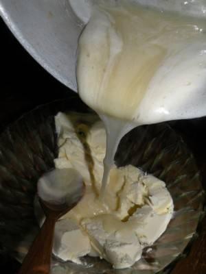 Заливаем все в миску со сливочным маслом для крема.