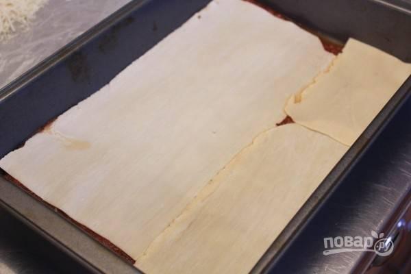 Готовые листы пасты сложите на дно глубокой формы по всей поверхности.