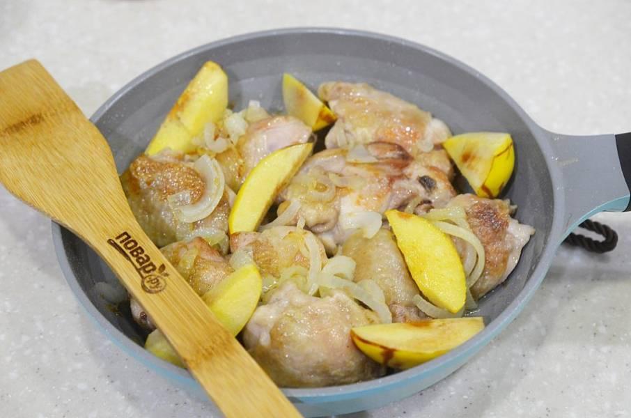 6. Лук уберите из сковороды. Верните курицу, затем лук и айву. Посолите, поперчите.
