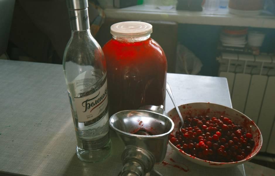 1. Подготовим ингредиенты. Брусника должна быть только из морозилки, но уже без инея. Водка - холодная.