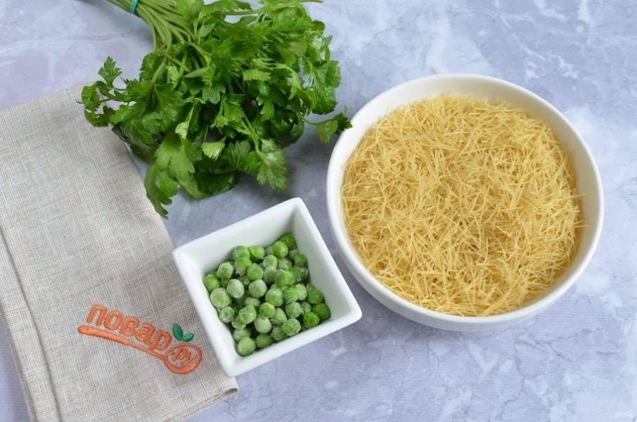 4. Положите в суп паутинку, горошек, соль. Варите еще 5-7 минут. Добавьте зелень и куркуму, снимите кастрюлю с огня.