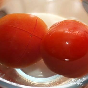 На помидорах делаем крестообразный надрез (как на фото), затем опускаем их на пару минут в кипяток. Затем снимаем с помидоров шкурку.