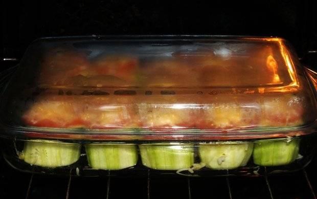 Закрыть форму крышкой или фольгой и поставить кабачки запекаться в нагретую духовку  при температуре 200 градусов минут на 30-40.