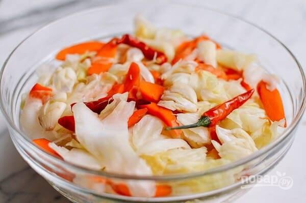 7.Нарежьте крупно чеснок и добавьте к овощам, а также добавьте пару стручков перца чили.