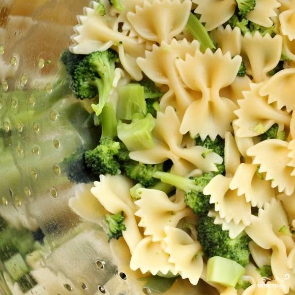 Отваренные макароны вместе с брокколи откидываем на дуршлаг.