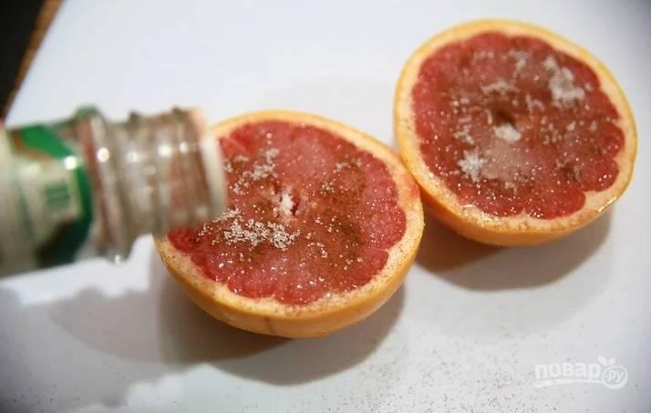 Каждую половинку присыпьте сахаром и корицей. По желанию можете добавить пару капель любого ароматного сиропа.