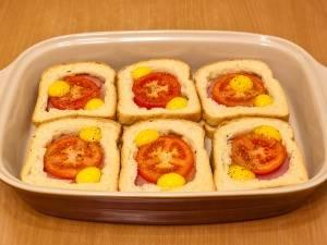 Кладем в середину помидоры и по 2 перепелиных яйца на каждый бутерброд.