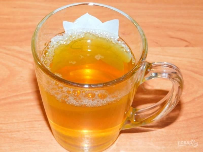 Заварите зеленый чай. Остудите.