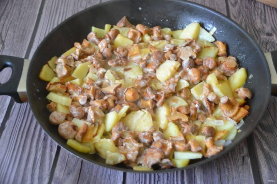 Готовность блюда определяйте по мягкости картофеля.
