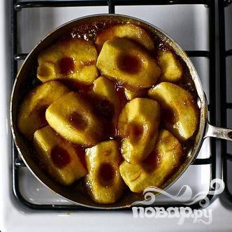 5. Если вам кажется, что яблоки в центре готовятся быстрее, чем остальные, поменяйте их местами. Во время приготовления яблоки уменьшатся в размере и второй слой, возможно, исчезнет.