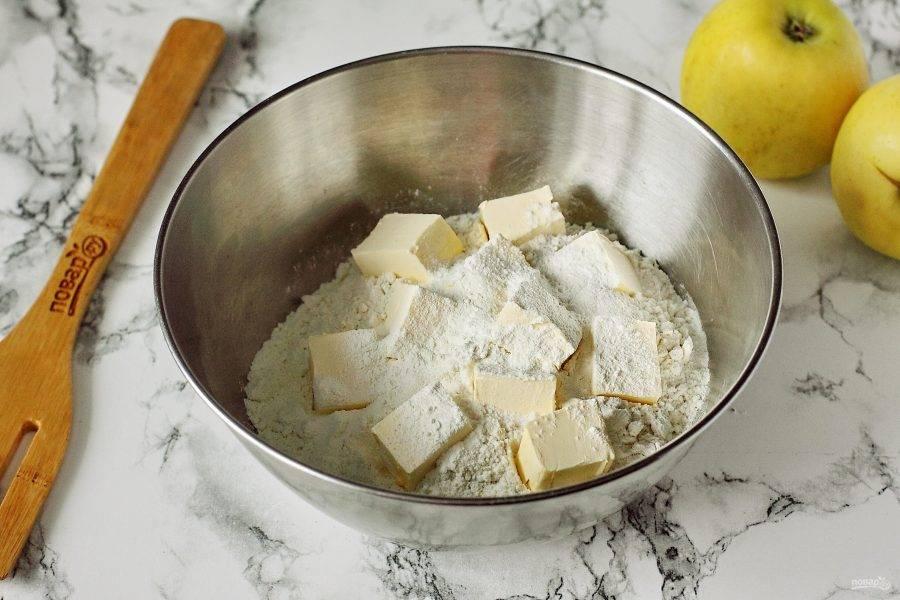 В глубокой миске соедините муку, разрыхлитель, соль и нарезанное кусочками сливочное масло.