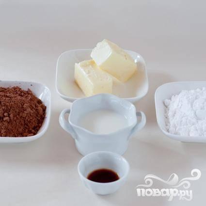 4. Чтобы сделать шоколадную глазурь, взбить в миске сливочное масло. Постепенно добавить сахарную пудру, какао и ваниль, взбить. Добавить молоко, по 1 столовой ложке за раз, пока глазурь не достигнет нужной консистенции. Чтобы сделать ванильную глазурь, смешать сахар и ваниль в небольшой миске. Взбить с молоком,  до нужной консистенции.