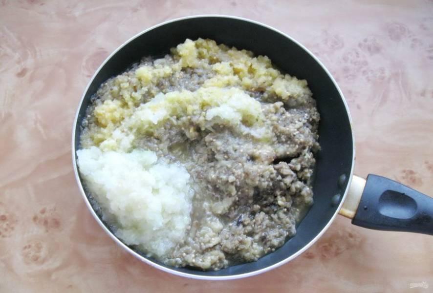 Пропустите через мясорубку баклажаны, болгарский перец и лук. Кто любит острое может добавить горький перец.