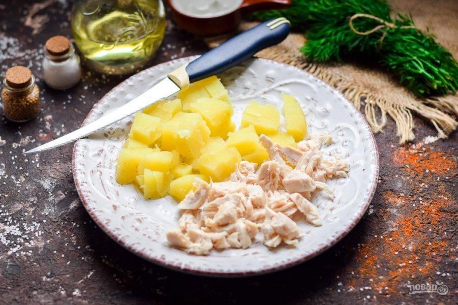 Картофель и курицу нарежьте небольшими по размеру кубиками.