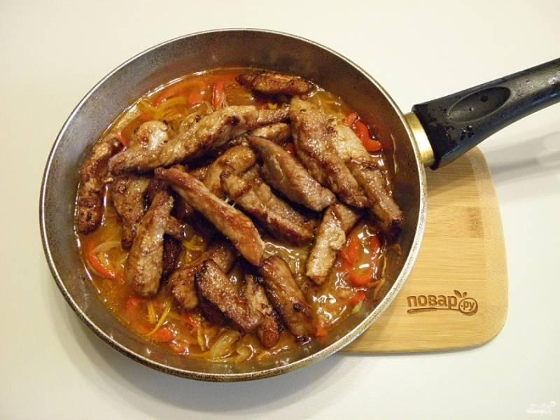 9. Сразу же добавьте жареное мясо.
