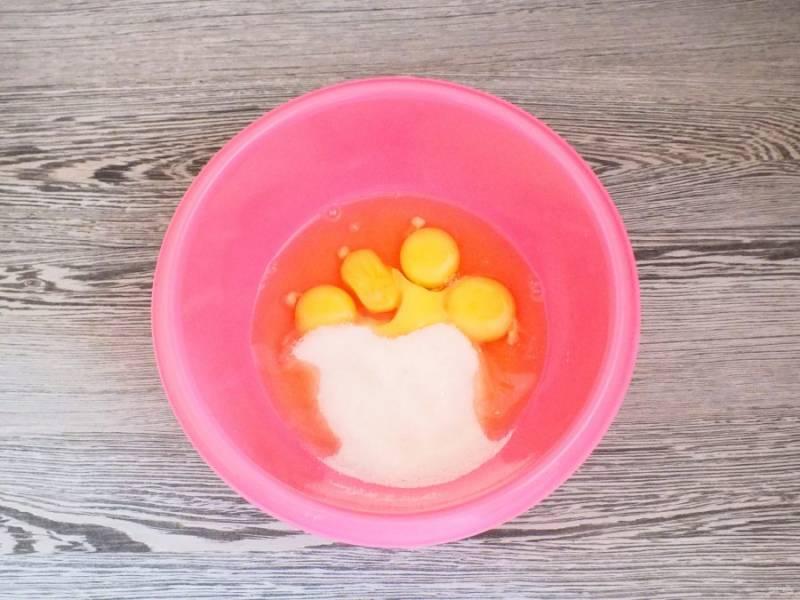 Соедините в чаше яйца и сахар.