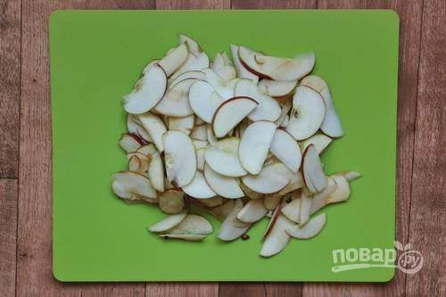2. Яблоки вымойте, обсушите и нарежьте тонкими ломтиками.