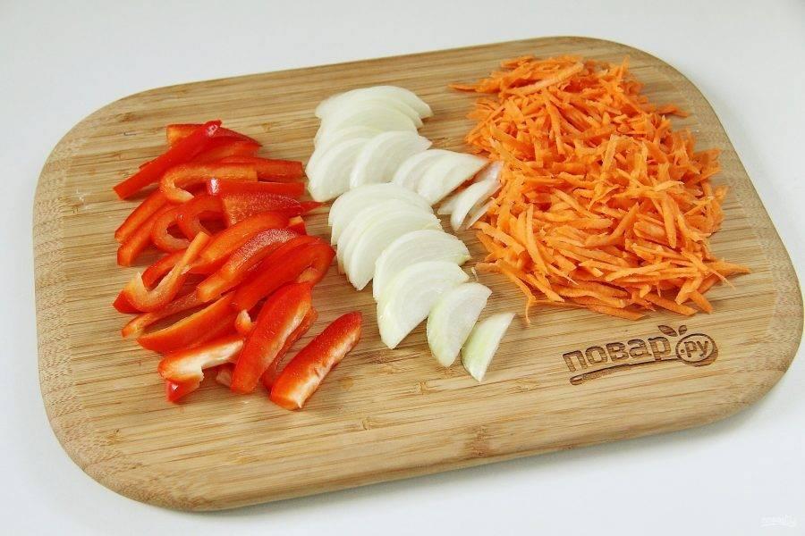 Болгарский перец нарежьте соломкой, лук перьями, морковь натрите на крупной терке.
