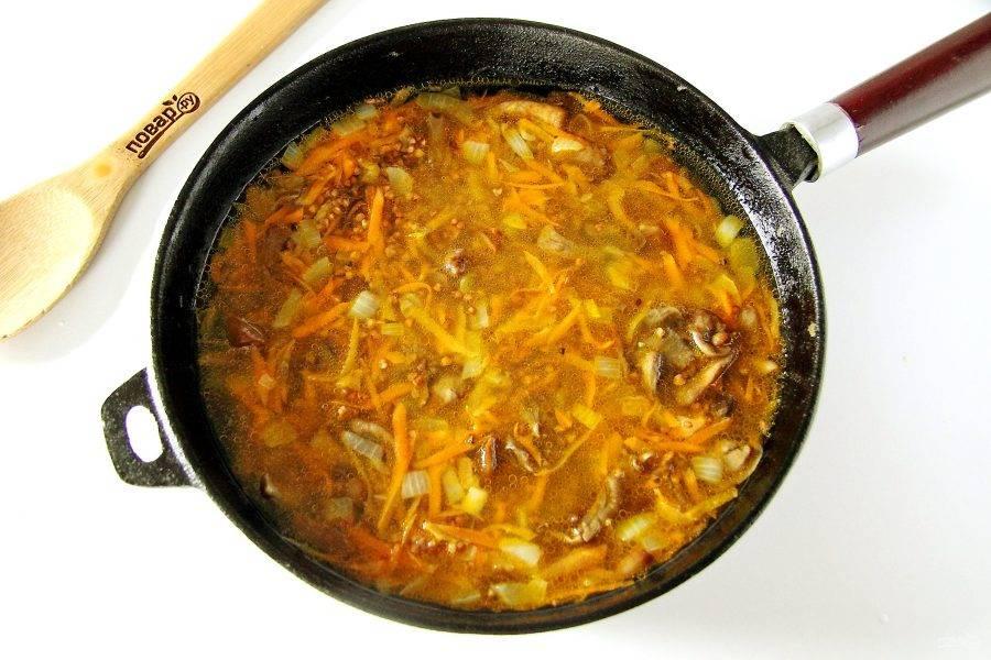 Добавьте гречневую крупу и налейте воду. Посолите все по вкусу и варите после закипания под крышкой на медленном огне до полной готовности гречки.