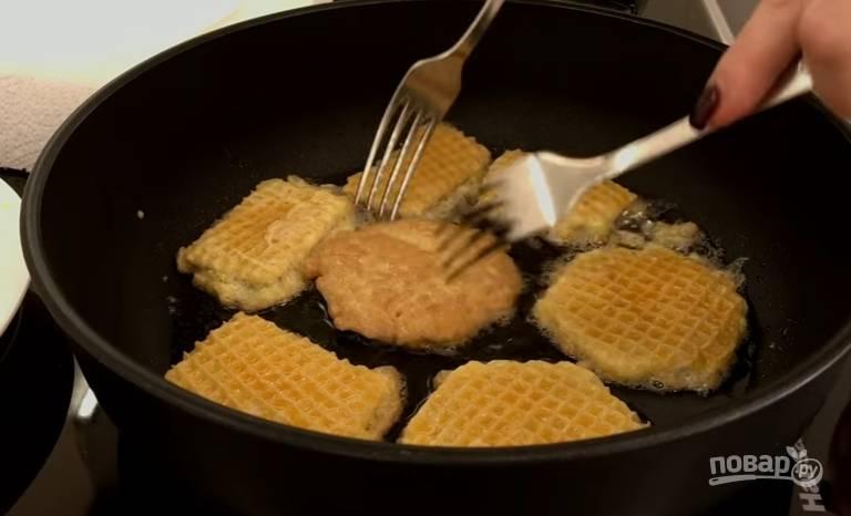 7.Обжариваете на небольшом огне, чтобы мясо прожарилось, затем переворачиваете.