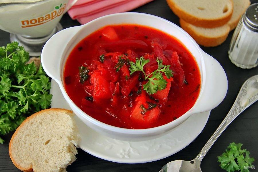 Горячий суп разливаем по тарелкам и подаем со сметаной. Приятного аппетита!