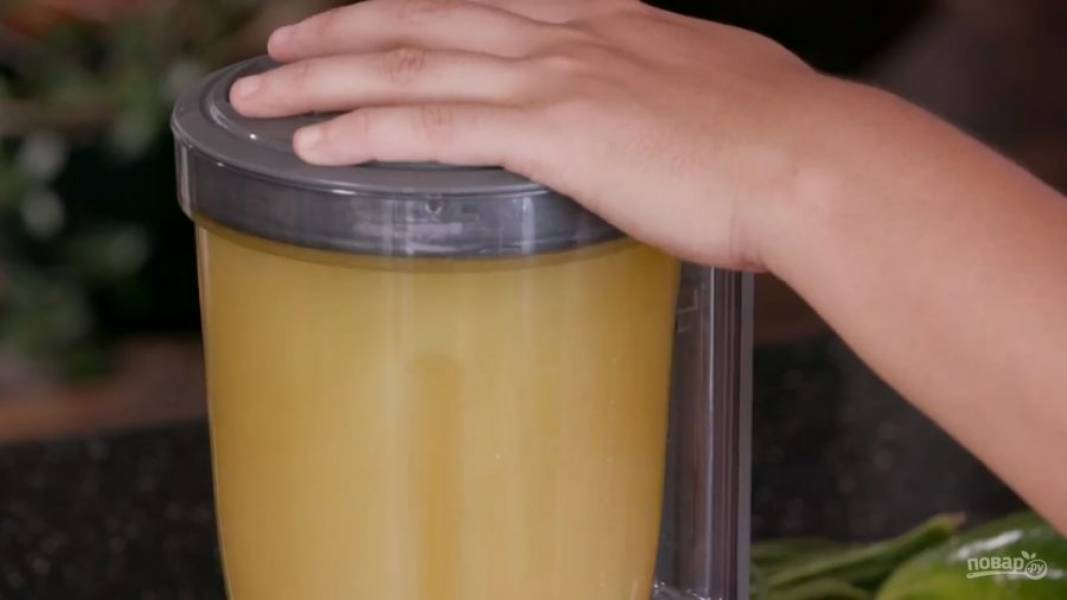 Когда в сотейнике растворится сахар, перелейте сироп в чашу блендера через сито, чтобы гвоздика и корица остались в сите. К сиропу отправляйте сок апельсина вместе с мякотью. Перемешайте напиток с помощью блендера и подавайте к столу.