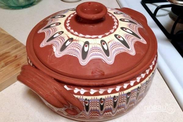 Нарежьте мясо небольшими кусочками, снимите сковороду с огня, добавьте мясо и сырой рис в сковороду, все перемешайте. Переложите все в глиняный горшок с крышкой или в казанок.