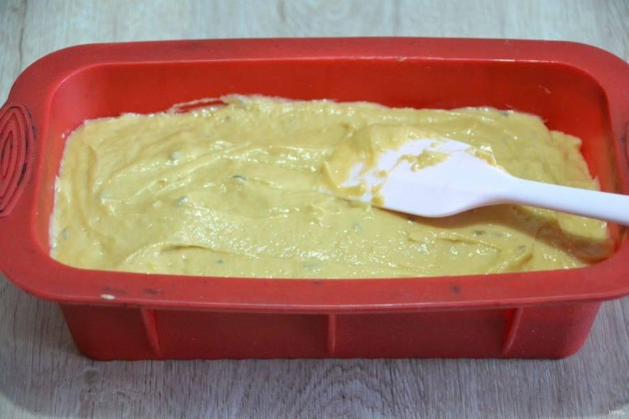 Выложите тесто в форму для запекания, хорошо разровняйте, и встряхните, чтобы тесто улеглось как можно равномернее.